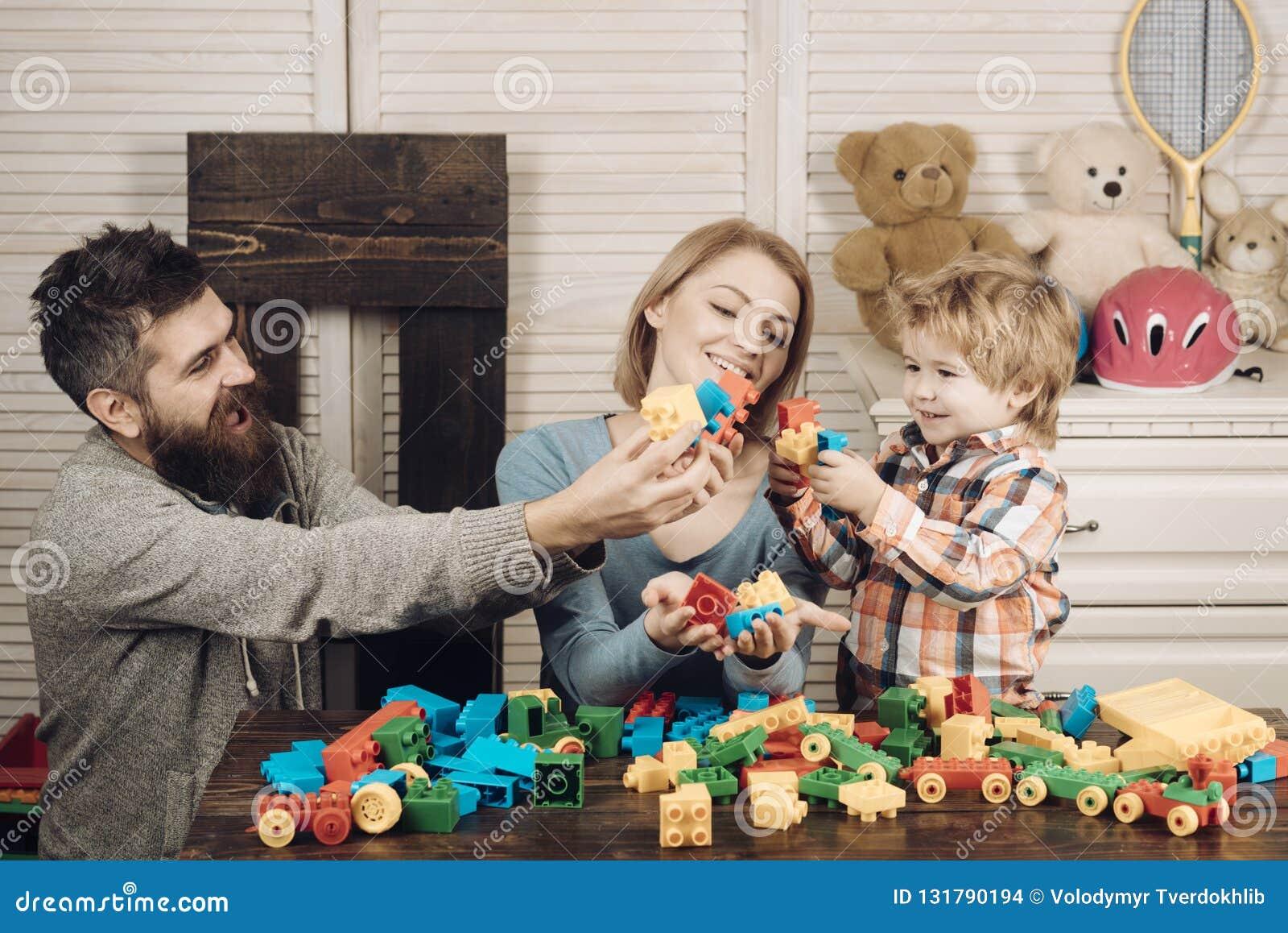 Infanzia felice Cura e sviluppo giorno felice dei bambini e della famiglia padre e madre con il costruttore del gioco da bambini