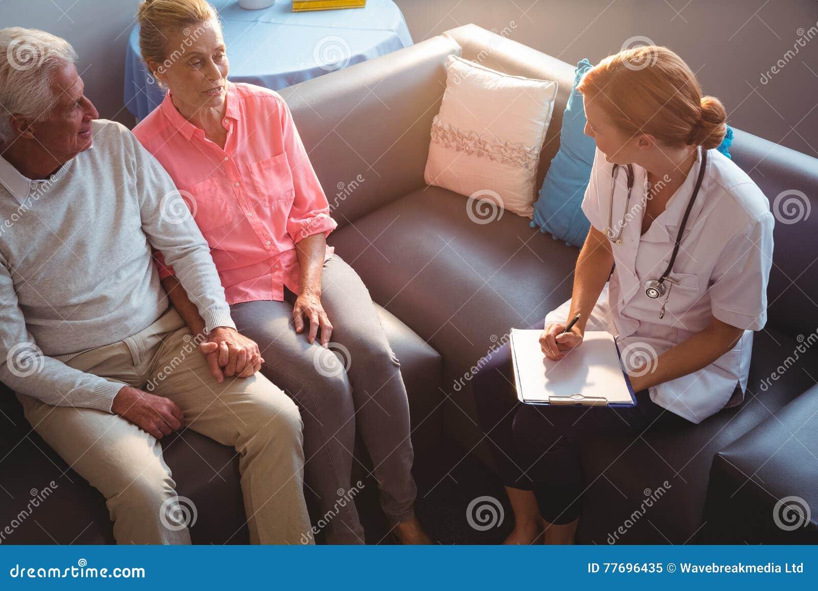 Infermiera che comunica con coppie maggiori
