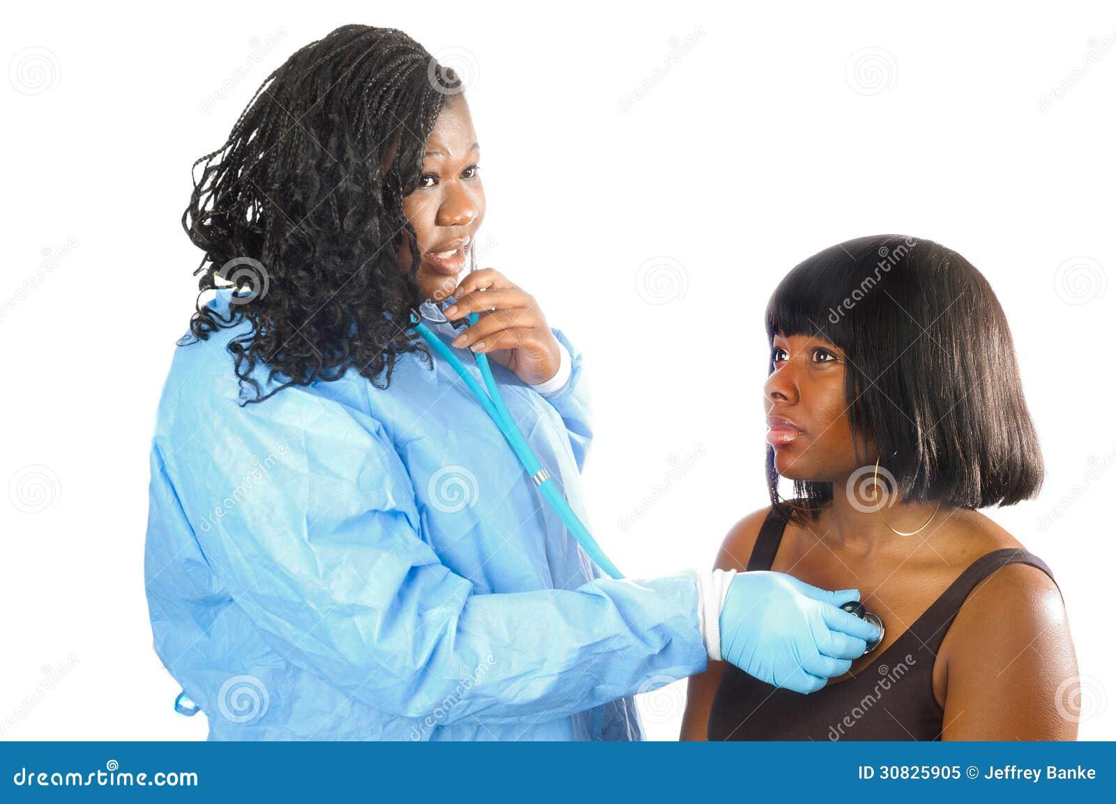 Infermiere che controlla paziente