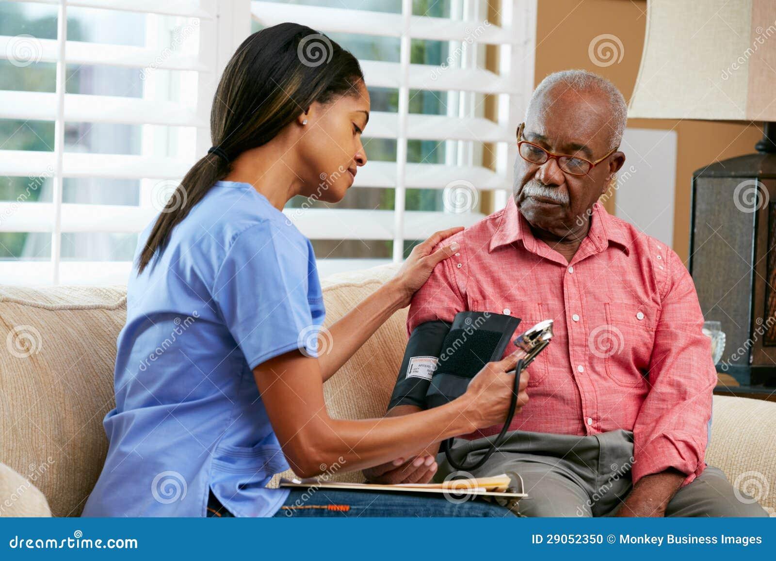 Infermiere che visualizza paziente maschio senior a casa