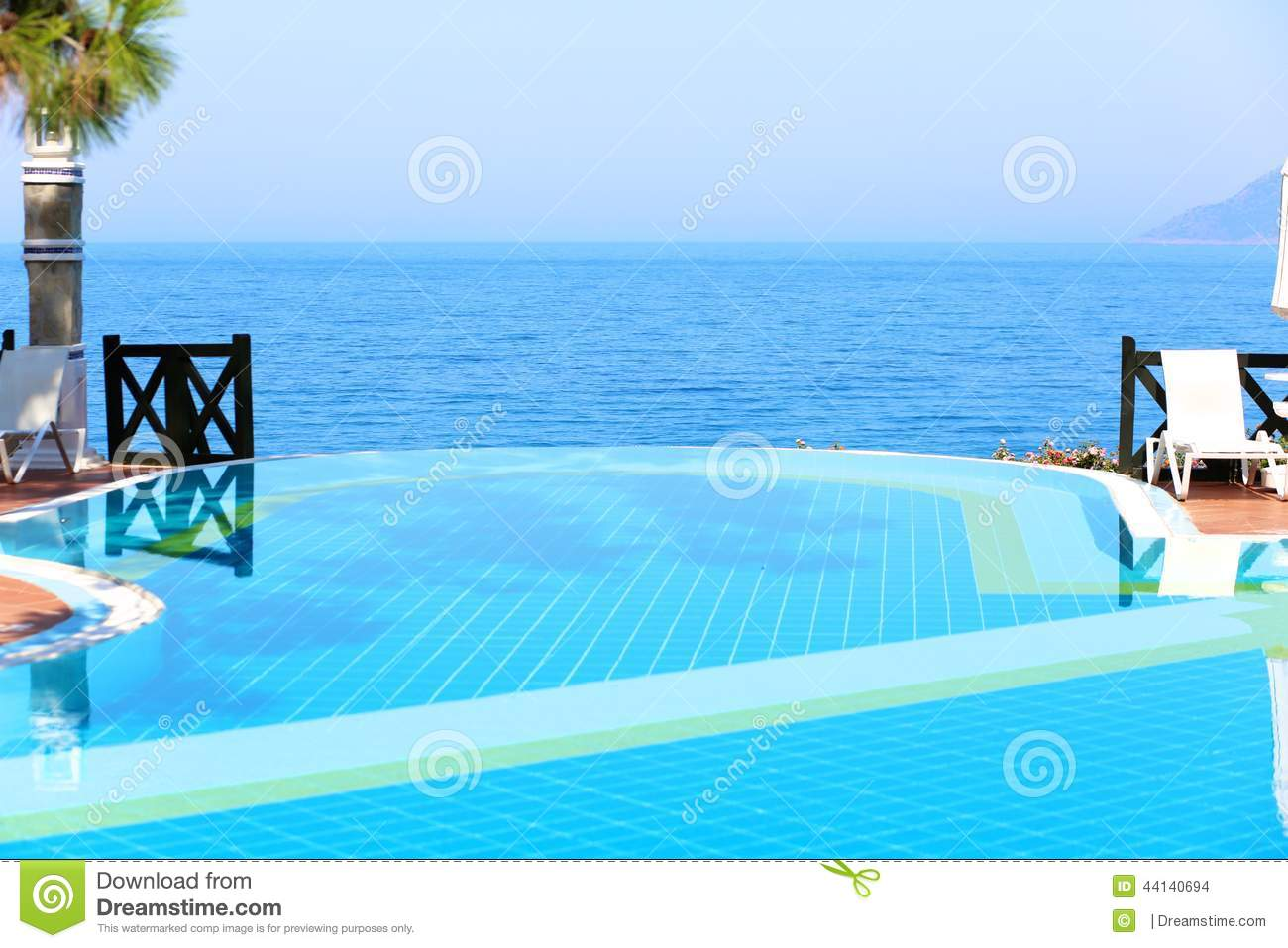 Beau Infinity Swimming Pool In Luxury Hotel Or Villa