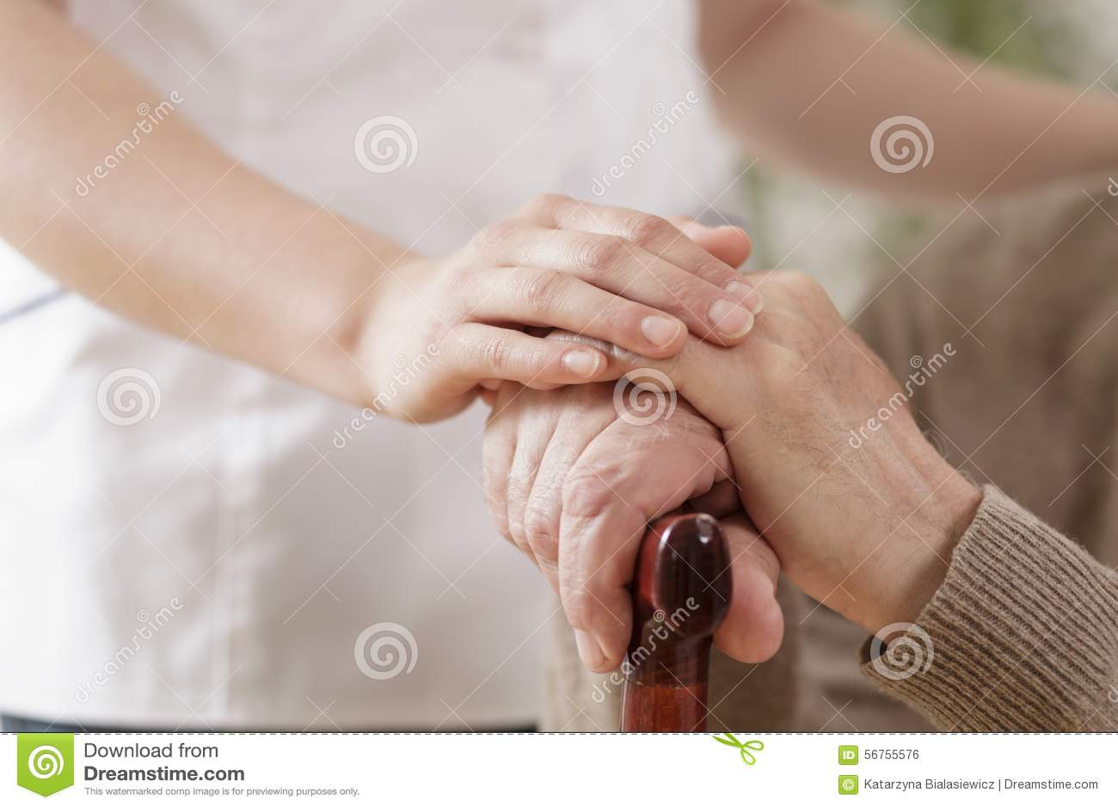 Infirmière aidant l homme plus âgé malade