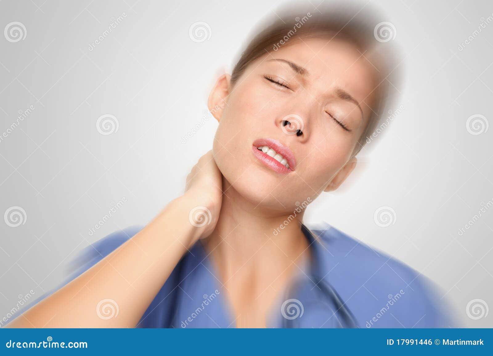 Infirmière ayant le cou et la douleur dorsale