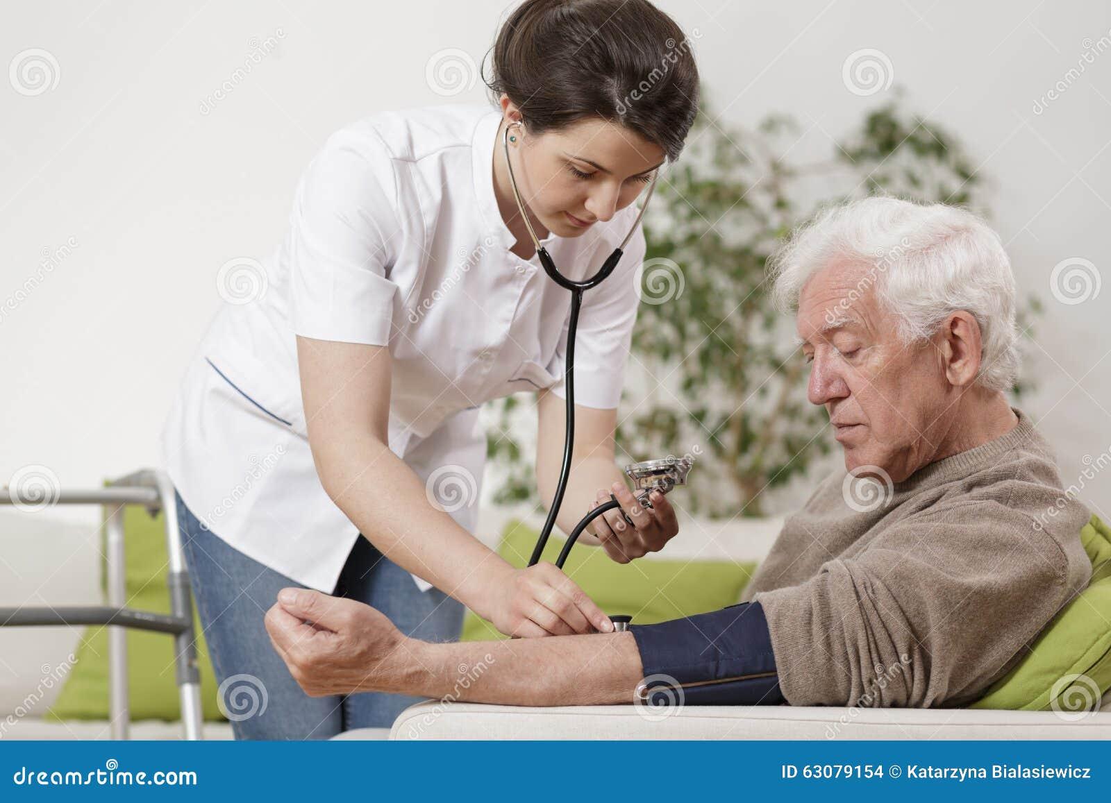 Download Infirmière De Jeunes Prenant La Tension Artérielle Photo stock - Image du inspection, âgé: 63079154