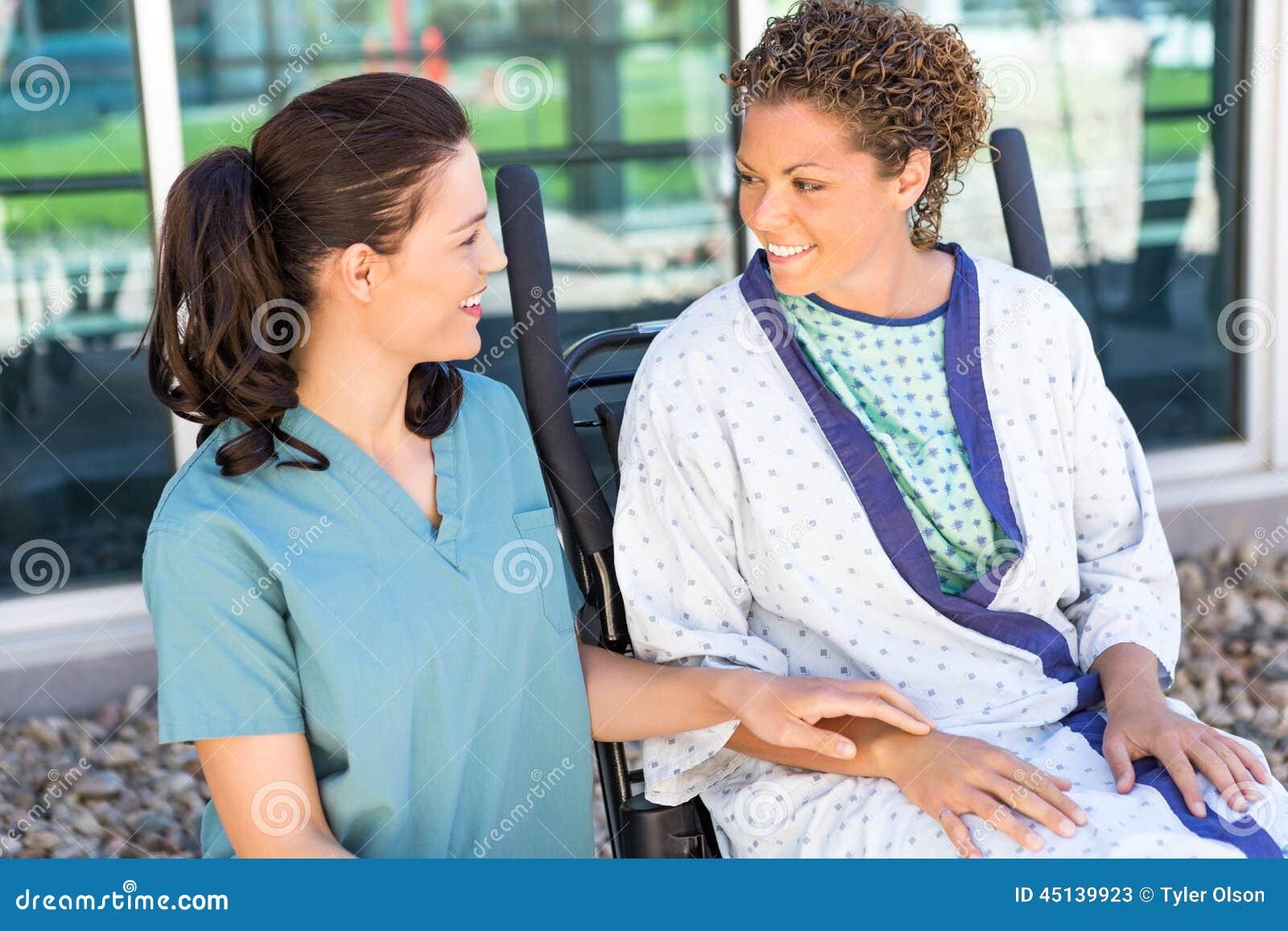 Infirmière de regard patiente féminine While Sitting On