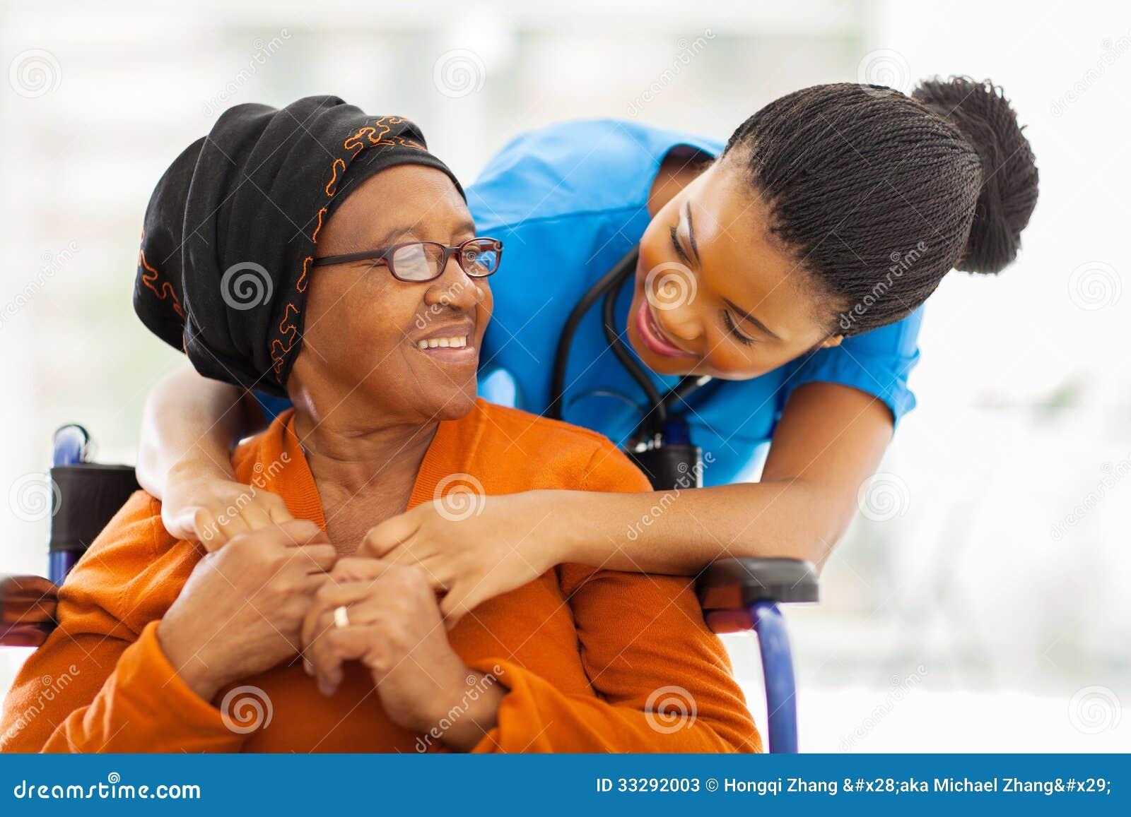 Infirmière patiente supérieure africaine