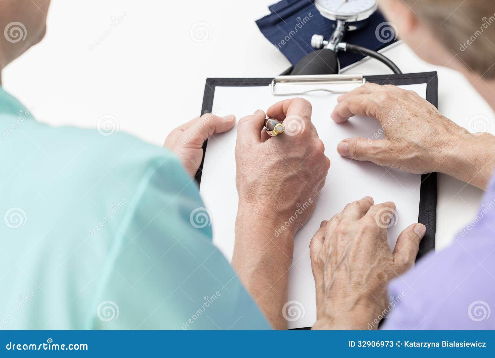Infirmière prenant des notes