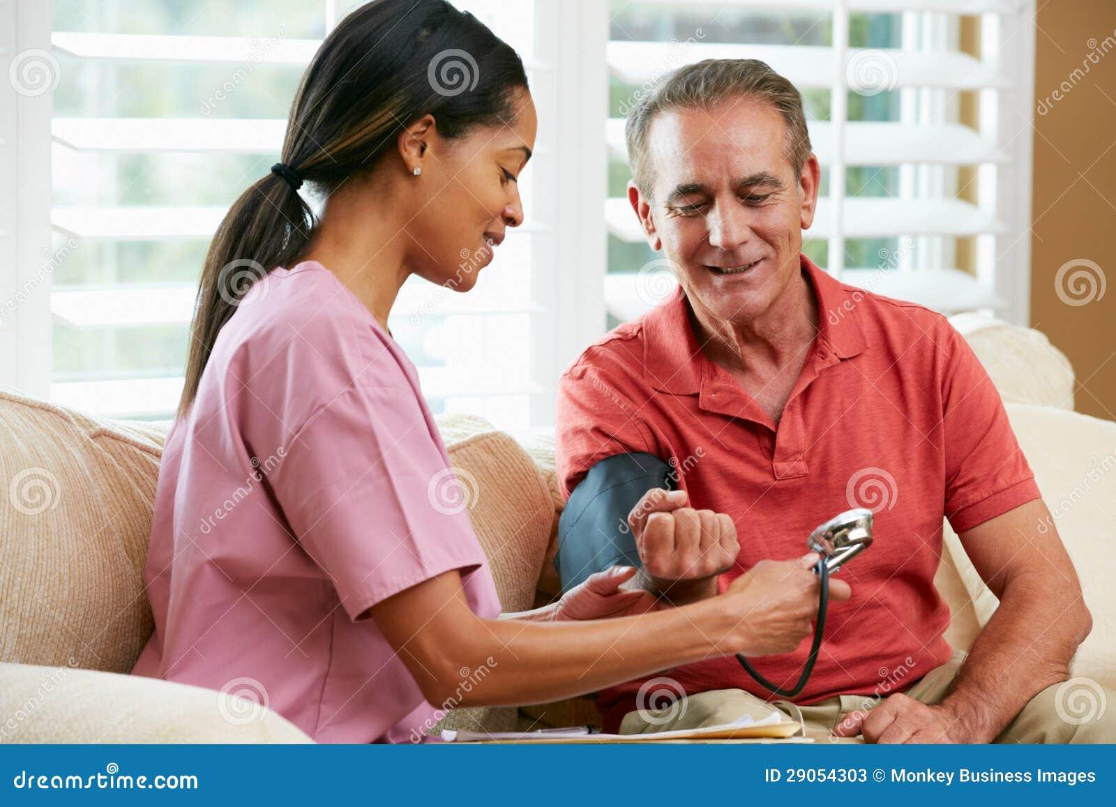 Infirmière rendant visite au patient mâle supérieur à la maison