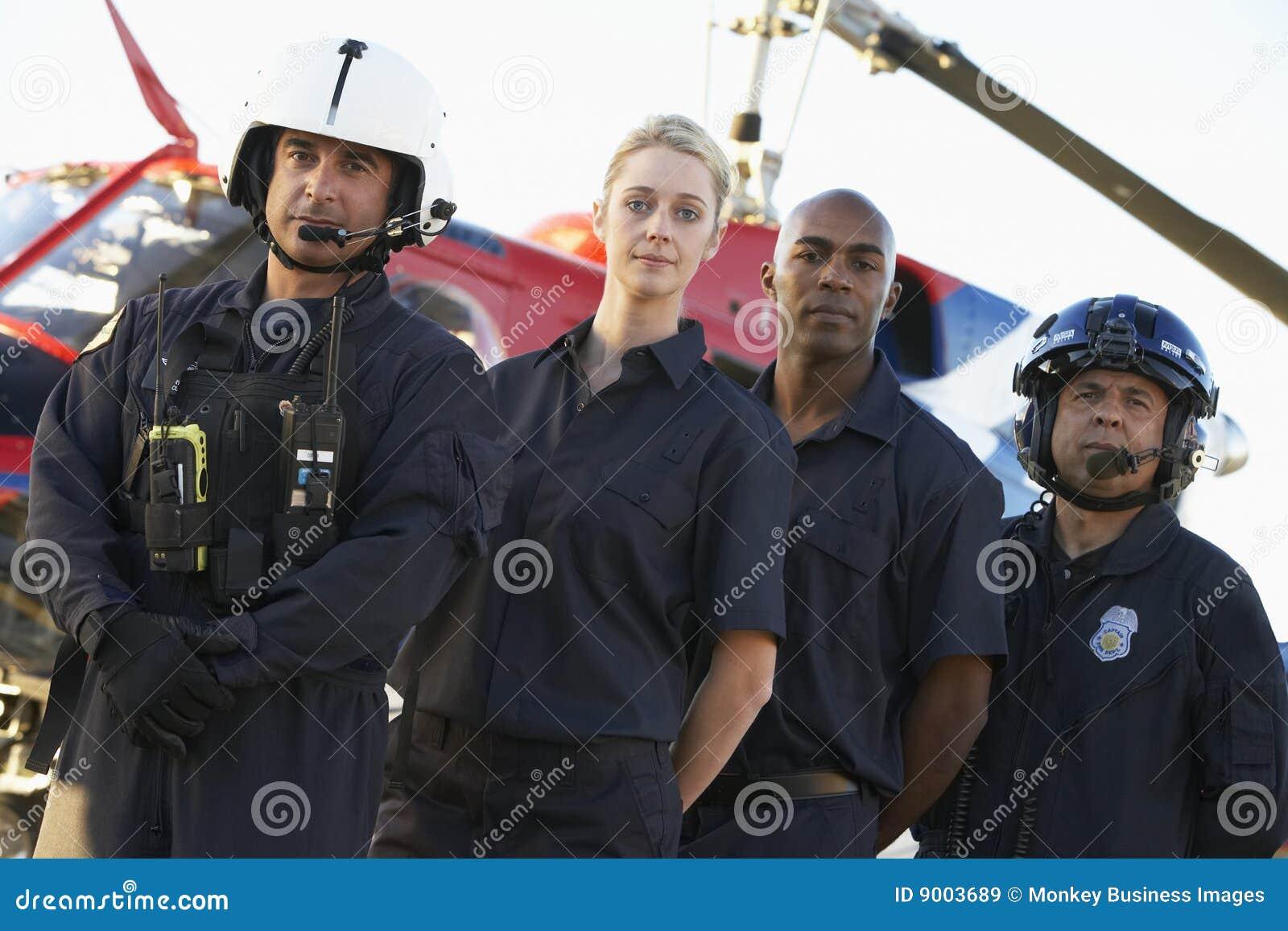 Infirmiers et équipage devant l hélicoptère