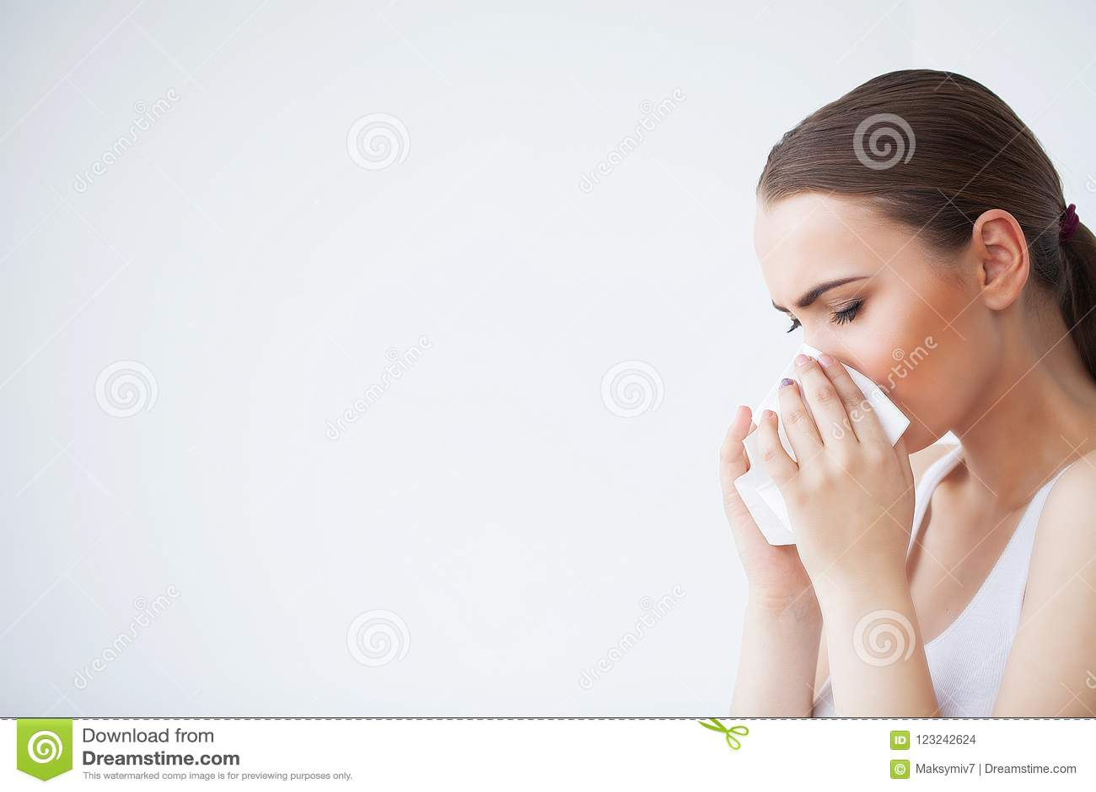Influensa och sjuk kvinna Sjuk kvinna som använder det pappers- silkespappret, pro-Head förkylning