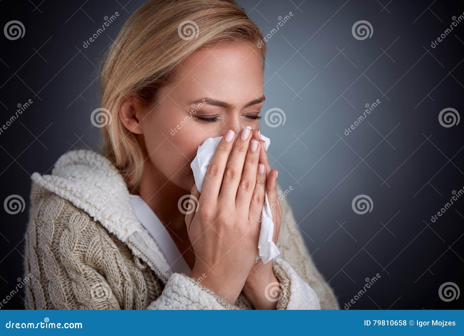 Influensa som har kvinnan