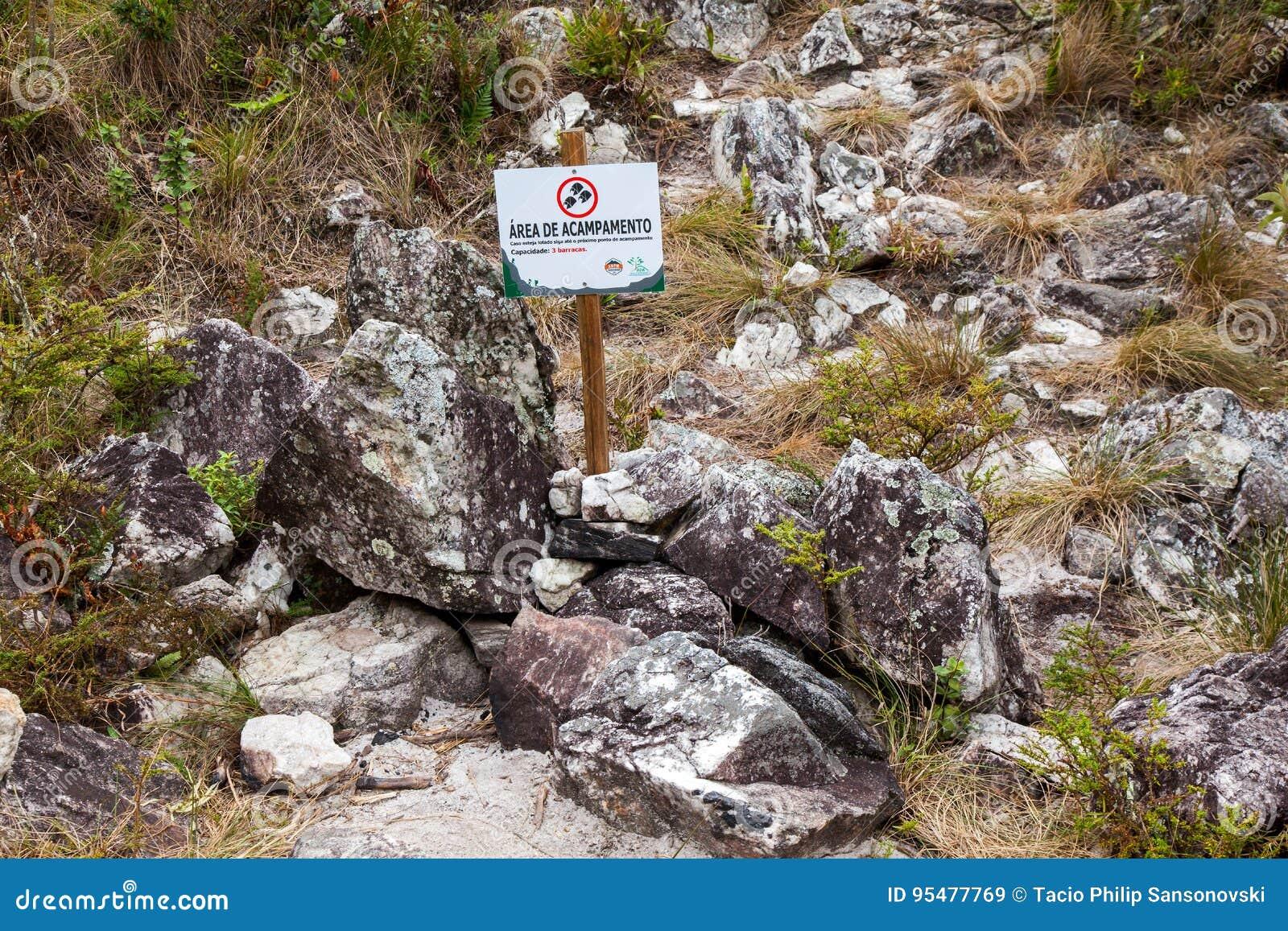Informacja deskowy wskazujący campingowy teren w Serra Fina trawersowaniu w Mantiqueira pasmie