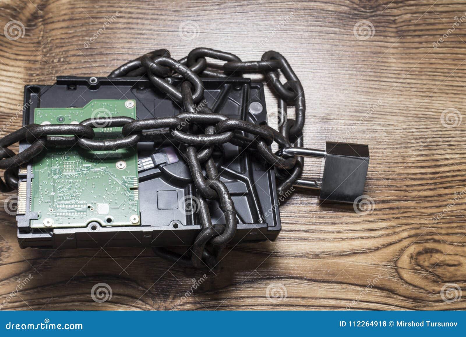 Informatiebeveiligingsconcept, harde schijf met ketting en hangslot