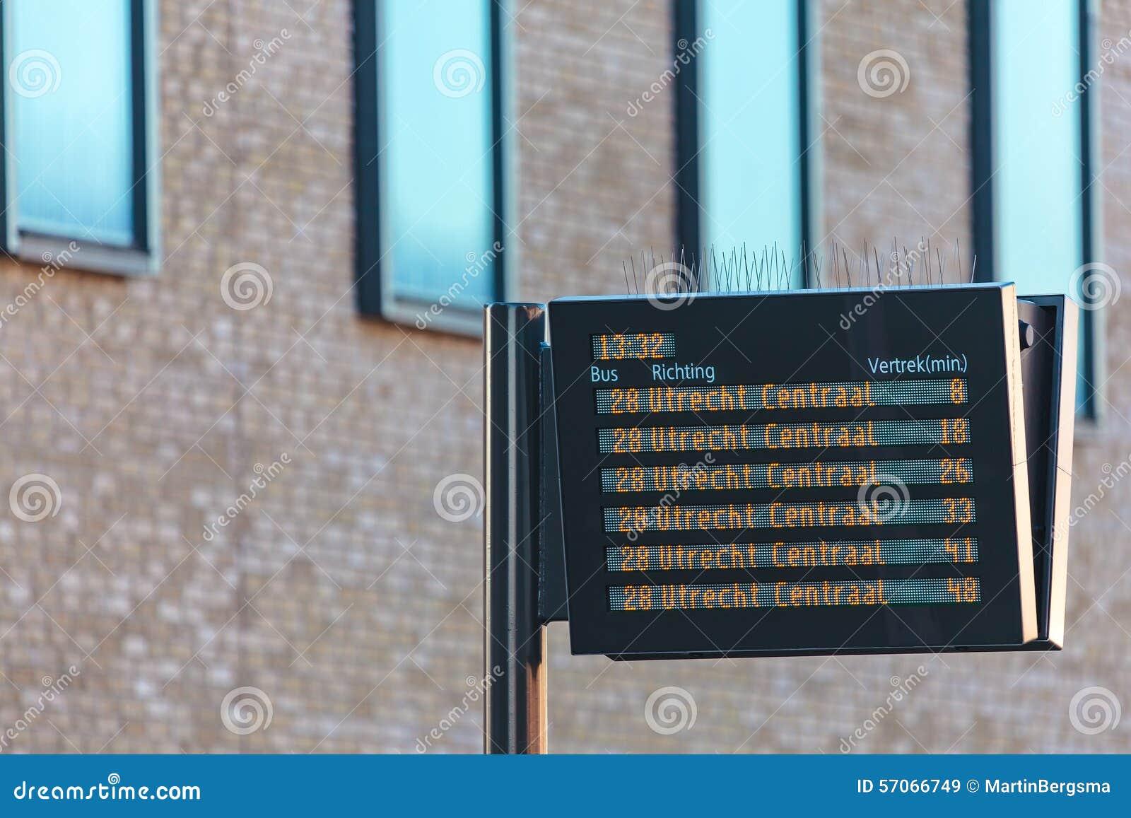 Informatiepaneel met de Nederlandse tijden van het busvertrek