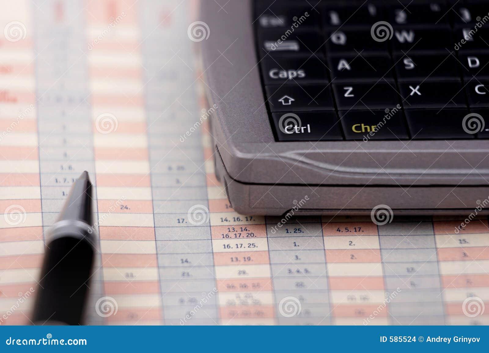 Informatieverspreider en pen op een grafiek