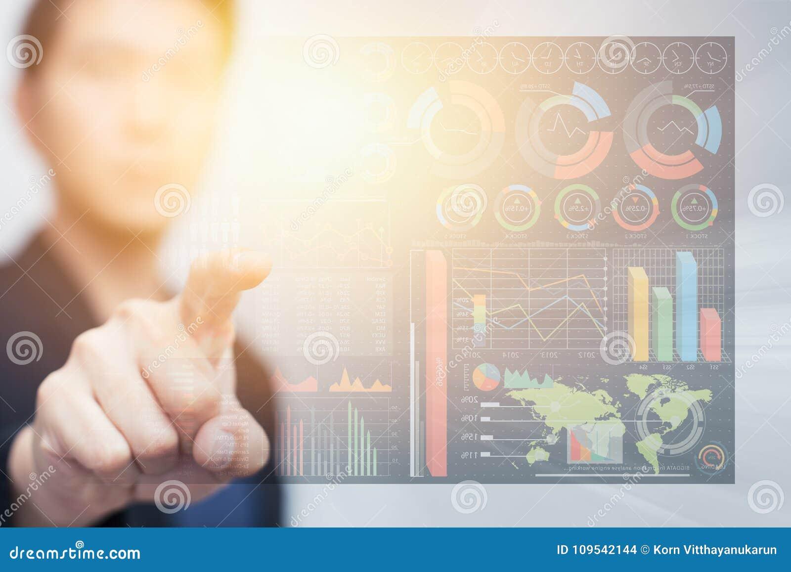 Informationscyberspace der digitalen Daten des Geschäftsmannes rührendes