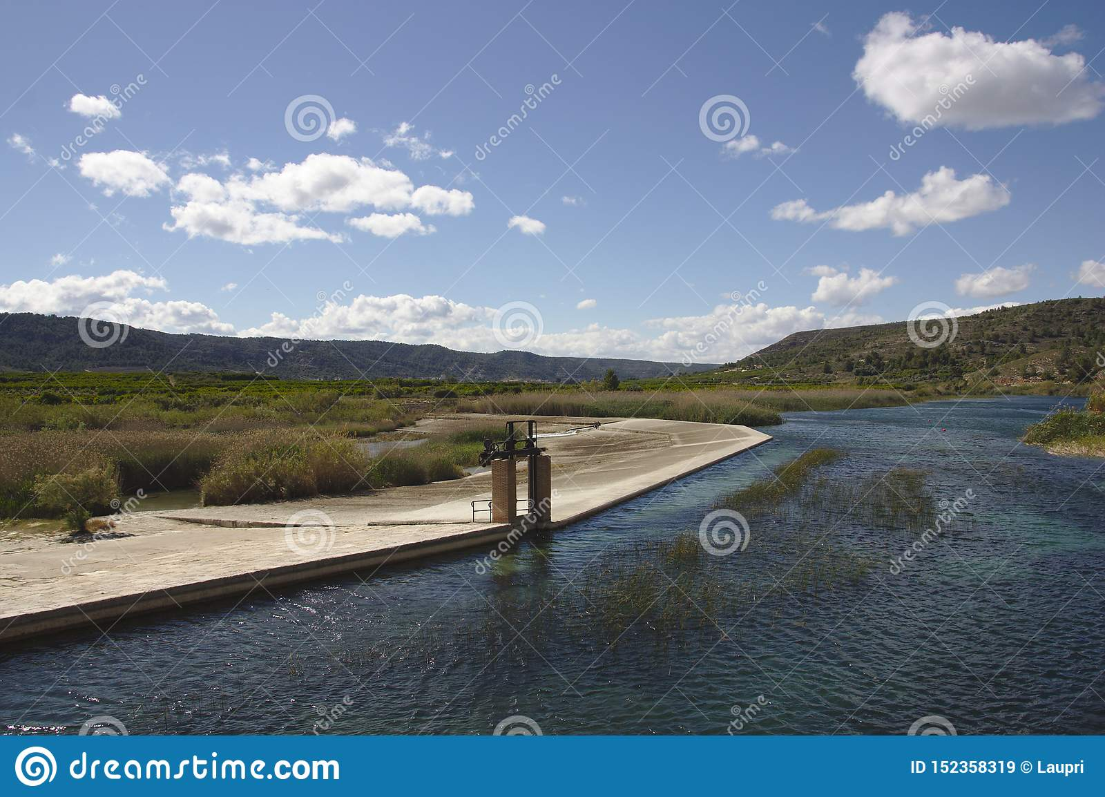 Infraestrutura hidráulica do Acequia Real del Júcar à passagem da cidade de Antella