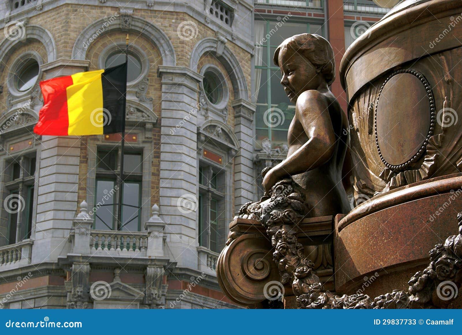 Estátua belga de um menino em Antuérpia