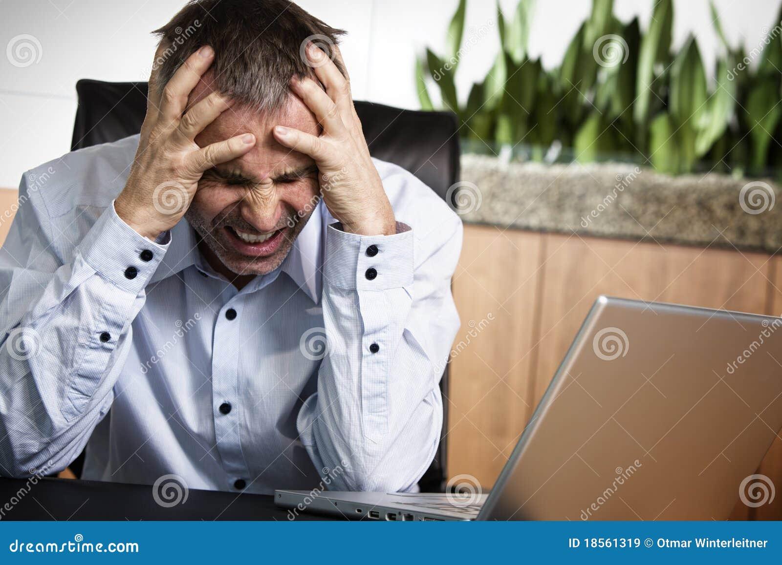 Infront fâché de directeur d ordinateur de bureau.