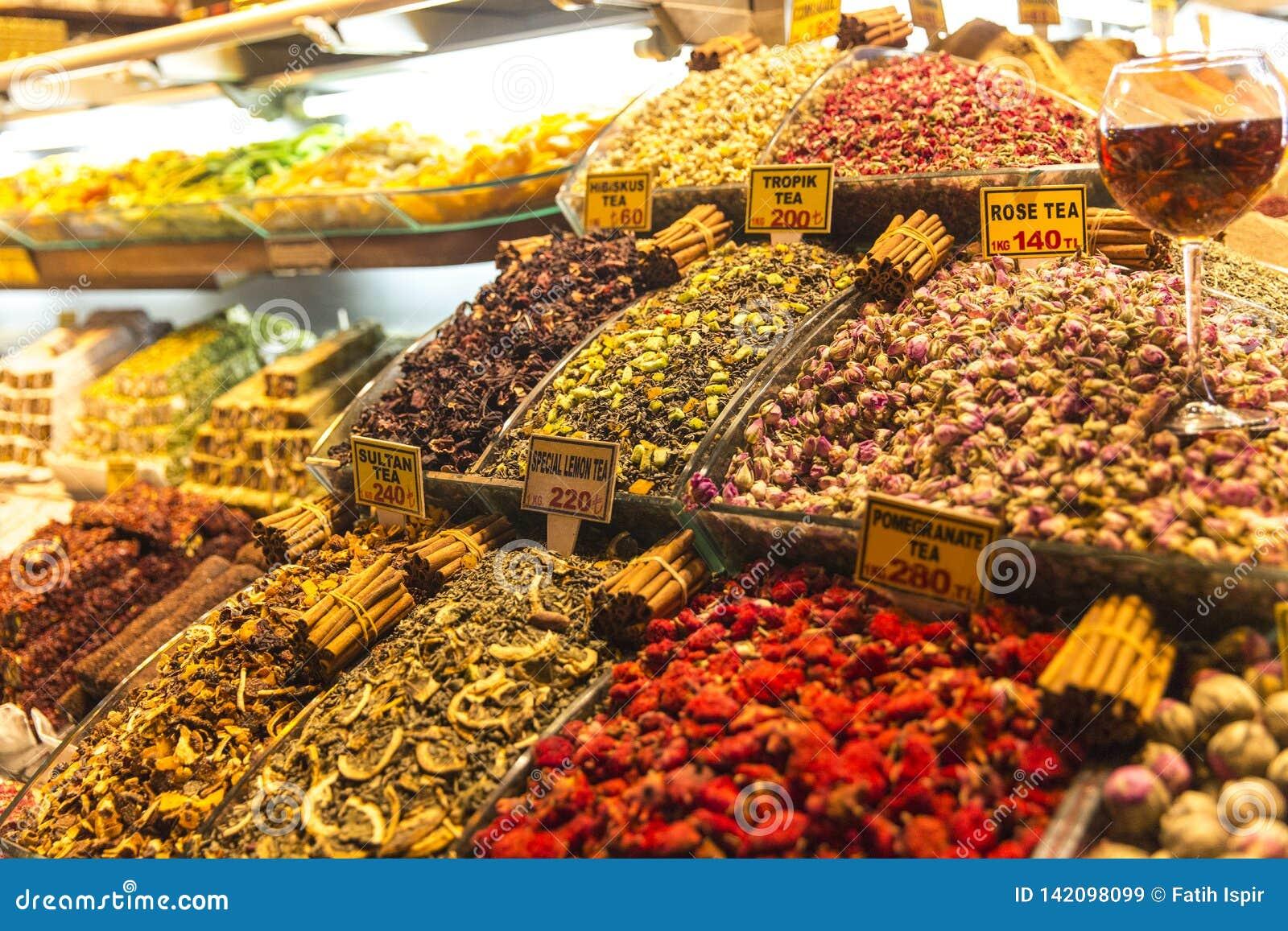 Infusión de hierbas en el bazar magnífico Estambul Turquía