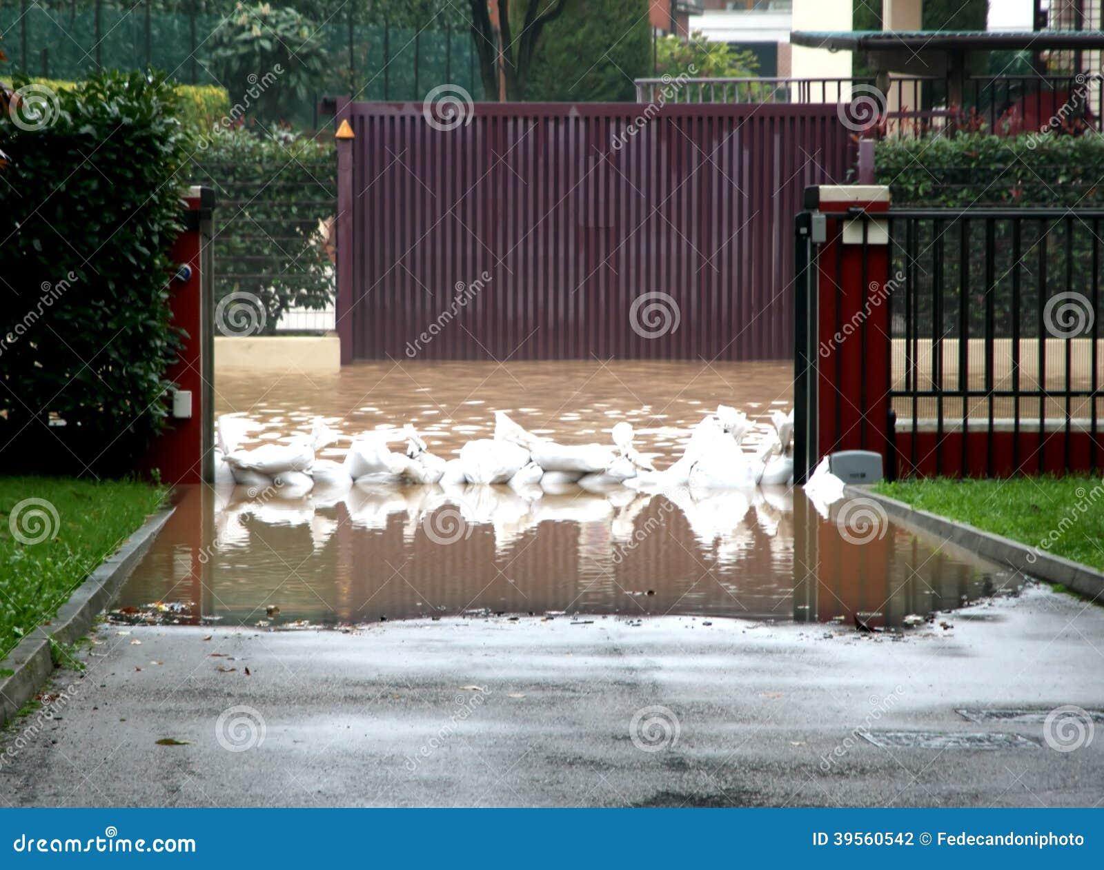 Ingång av huset med sandsäckar