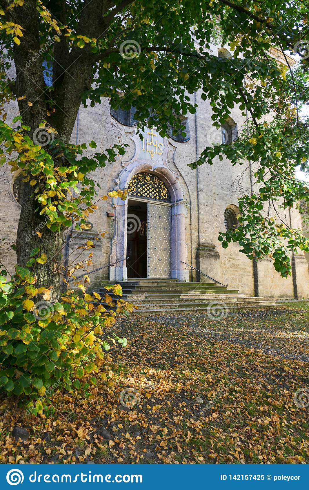 Ingång av Maria Kreuz Church i Landsberg am Lech, Tyskland