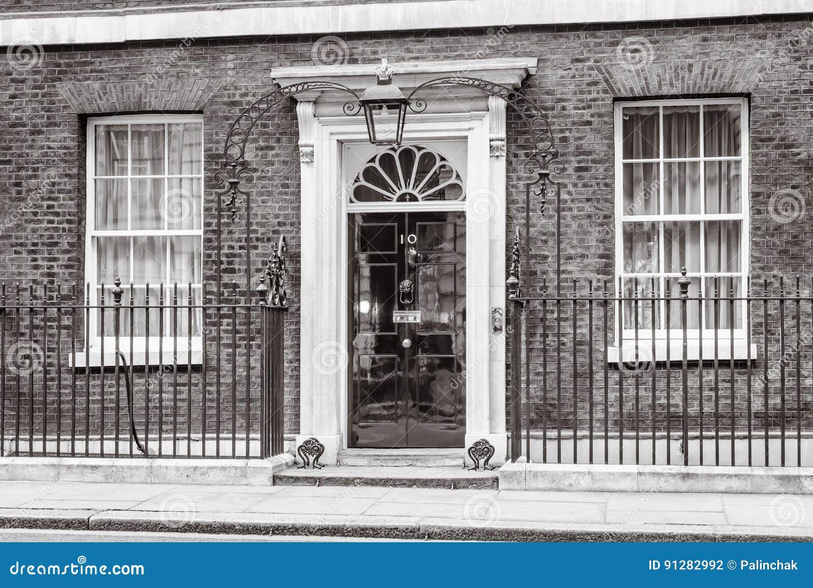 Ingångsdörr av 10 Downing Street i London