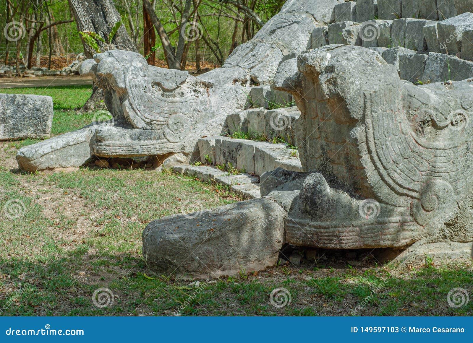 Ingångstrappa av en Mayan pyramid som visar två stenormar på sidorna, i det arkeologiska området av Chichen Itza