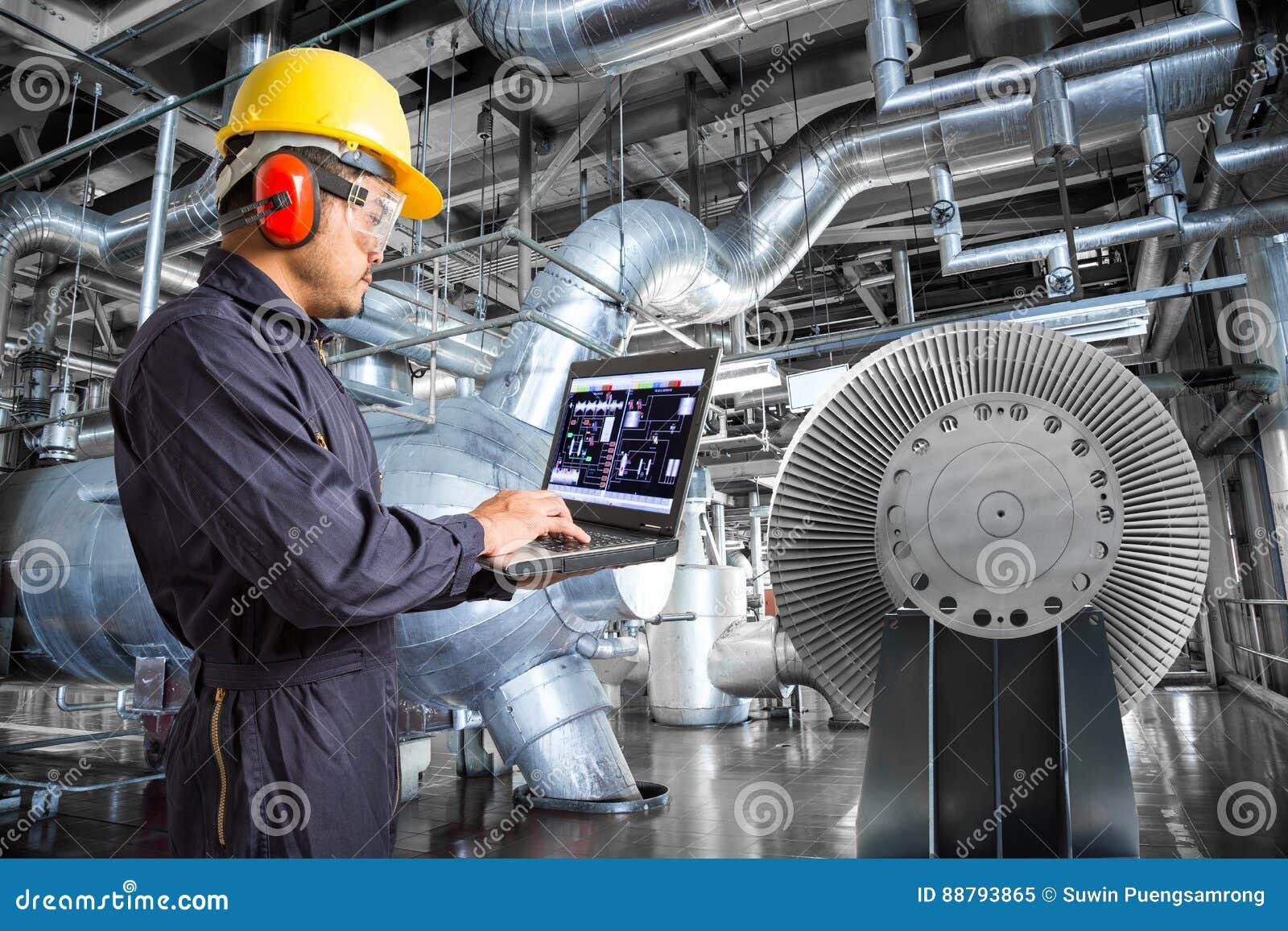 Ingénieur à l aide de l ordinateur portable dans l usine de centrale thermique
