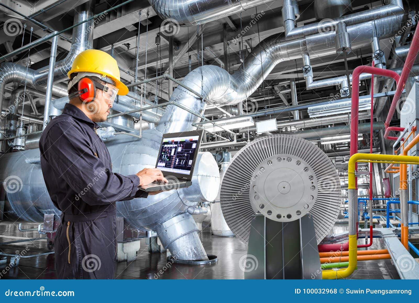 Ingénieur à l aide de l ordinateur pour l entretien dans la centrale thermique