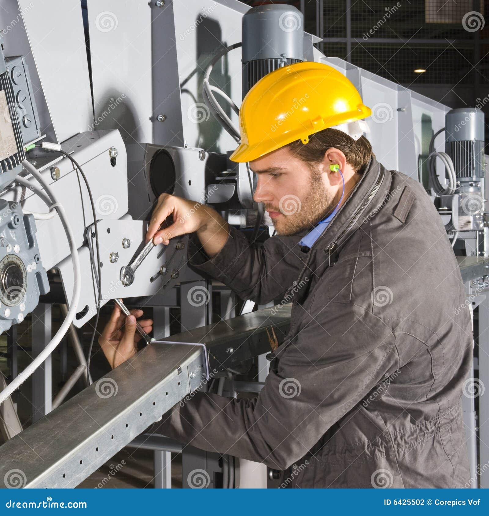 Ingénieur de maintenance au travail
