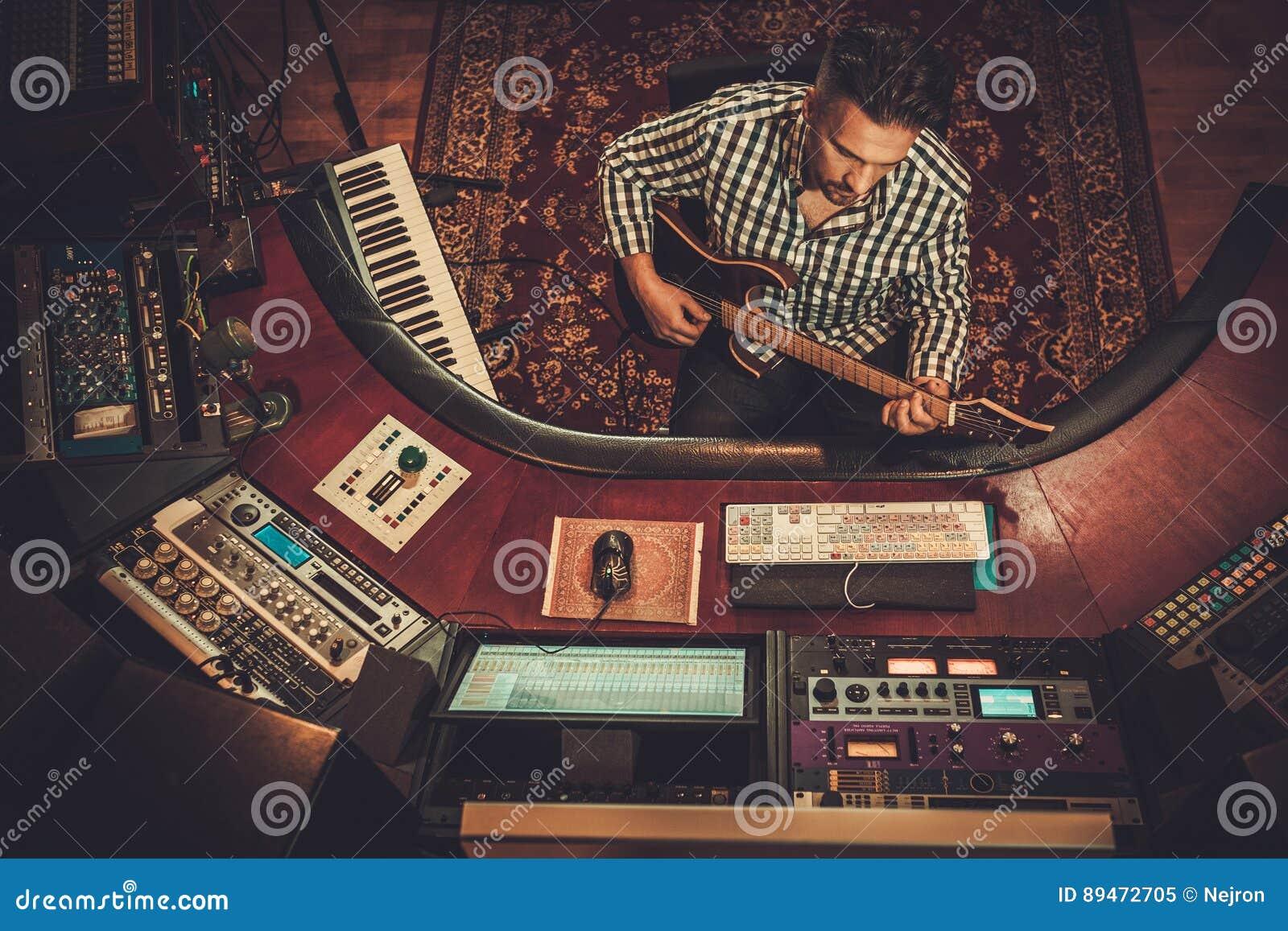 Ingénieur du son avec la guitare fonctionnant dans le studio d enregistrement de boutique