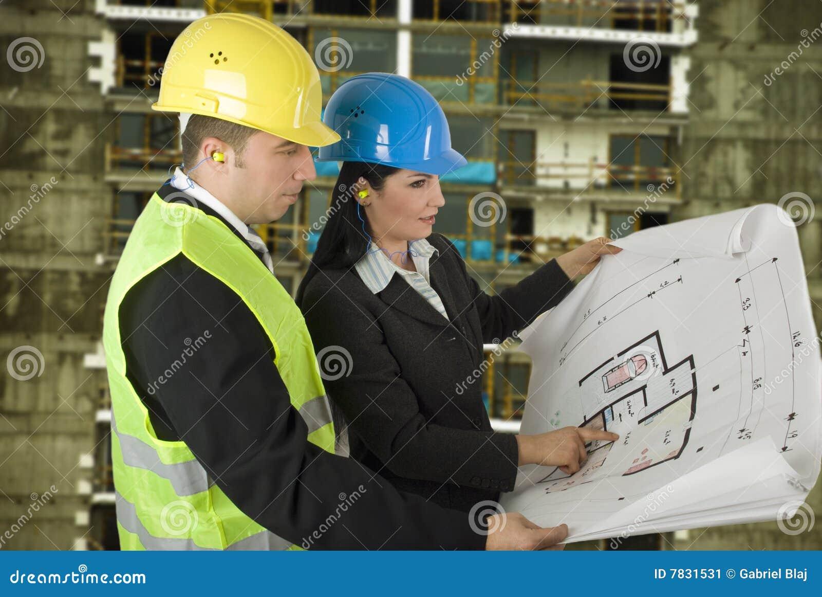 Ingénieur et client sur le site