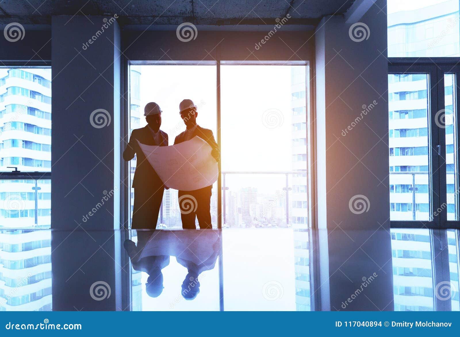 Ingénieur et homme d affaires avec le plan dans le bureau vide