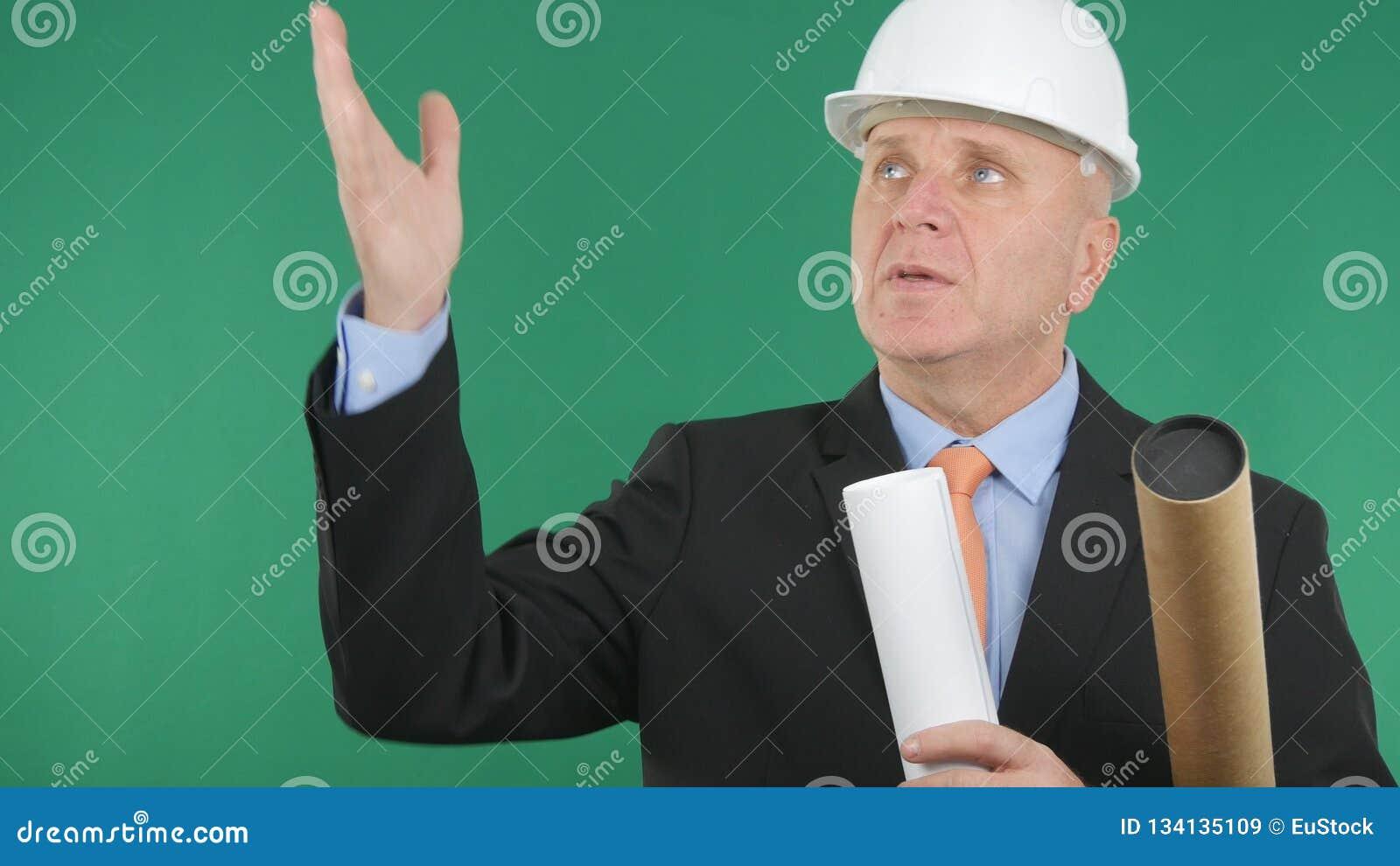 Ingénieur Image Talking And faisant des gestes avec l écran vert à l arrière-plan