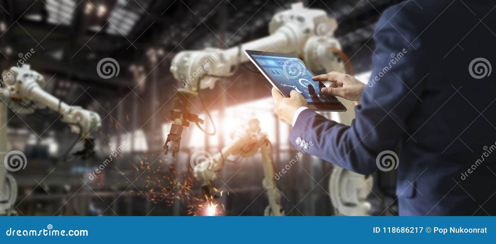 Ingénieur industriel de directeur à l aide du comprimé pour la vérification