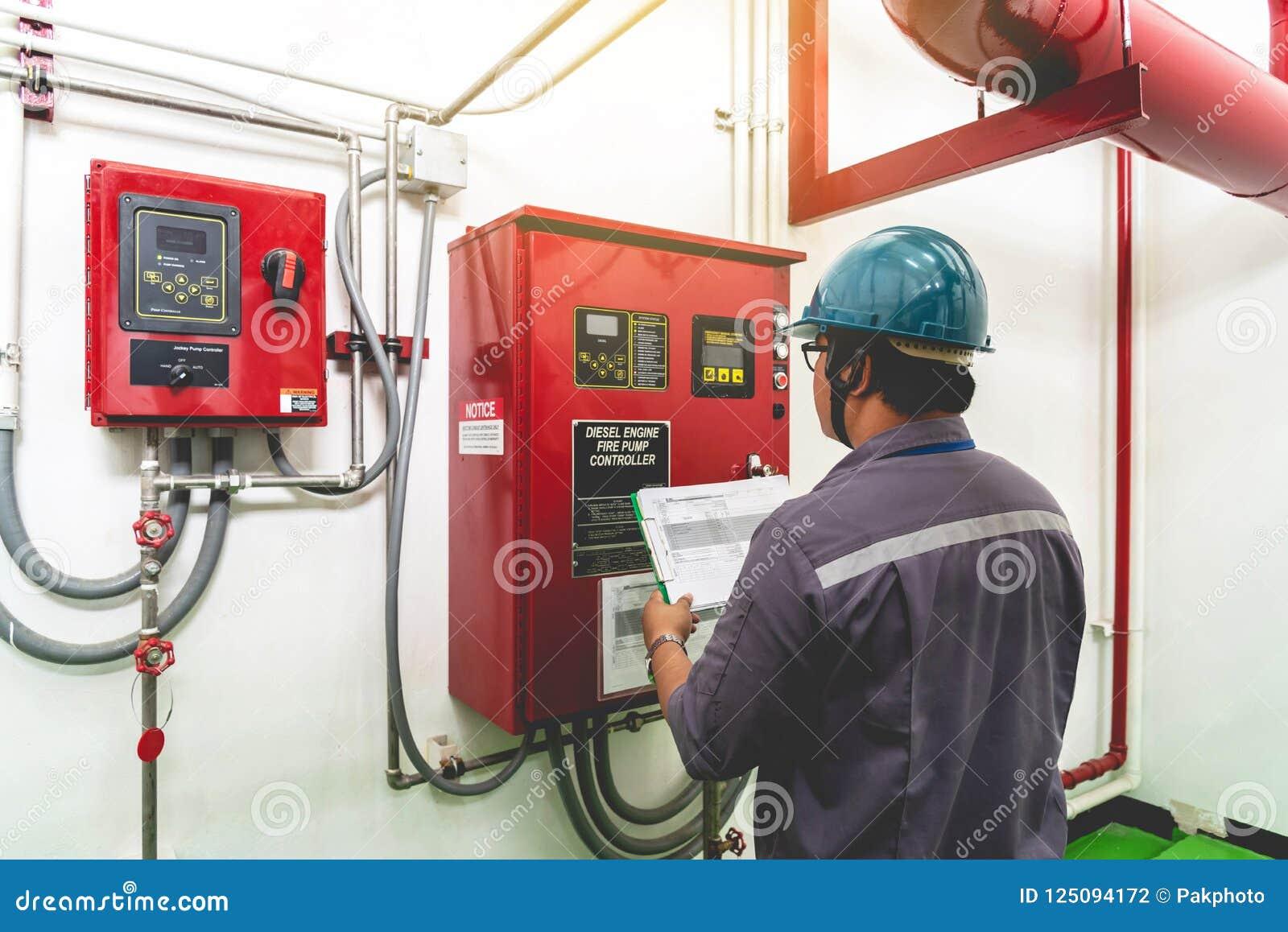 Ingénieur vérifiant le système de contrôle industriel du feu de générateur