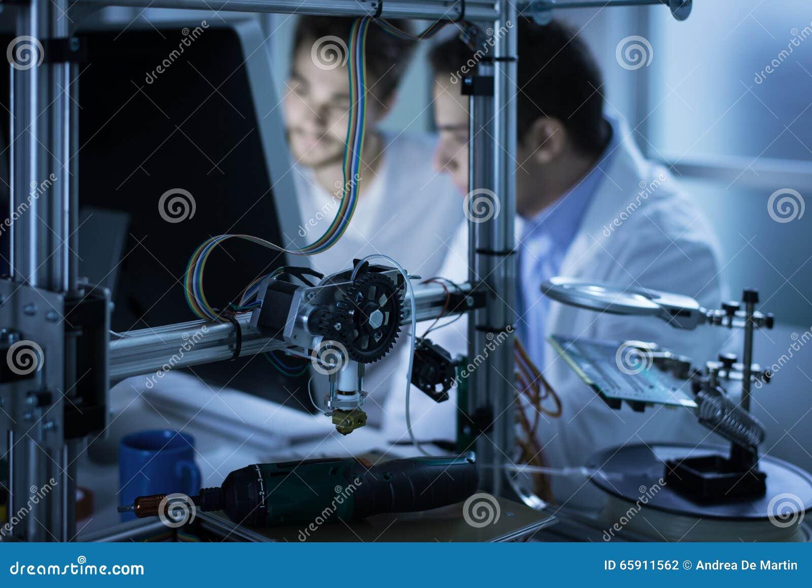 Ingénieurs à l aide d un ordinateur