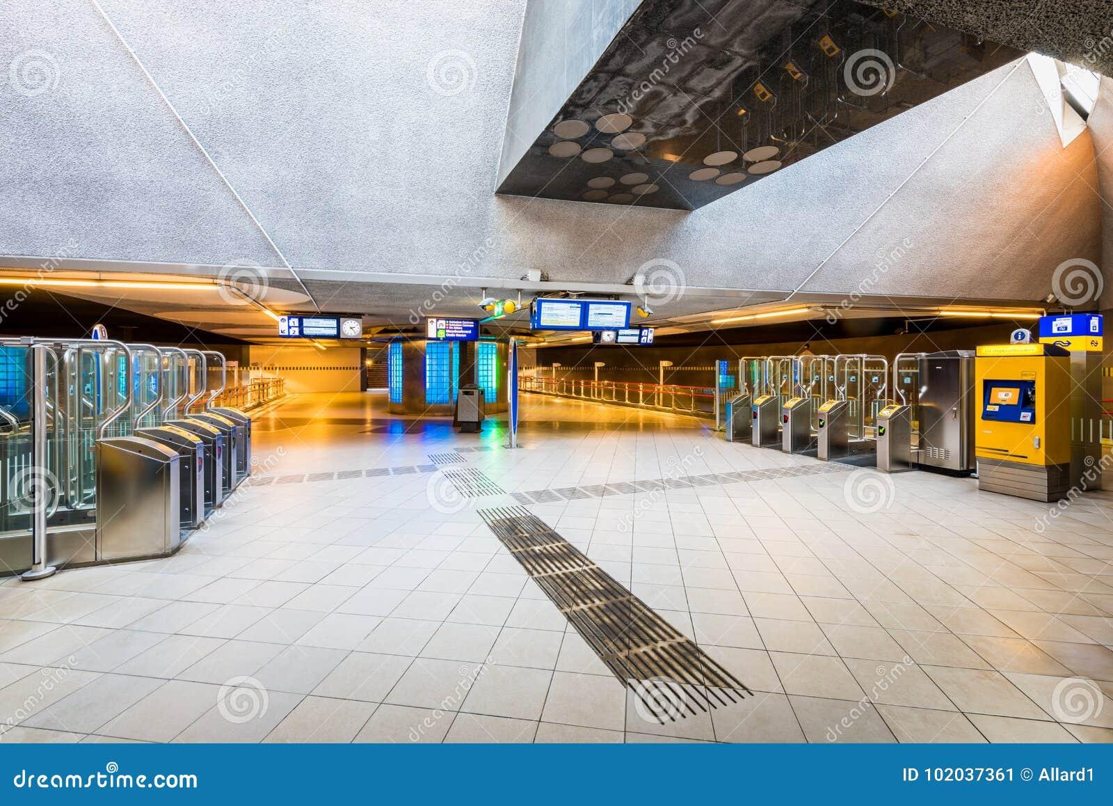 Ingang aan blaak trein en metropost in rotterdam nederland