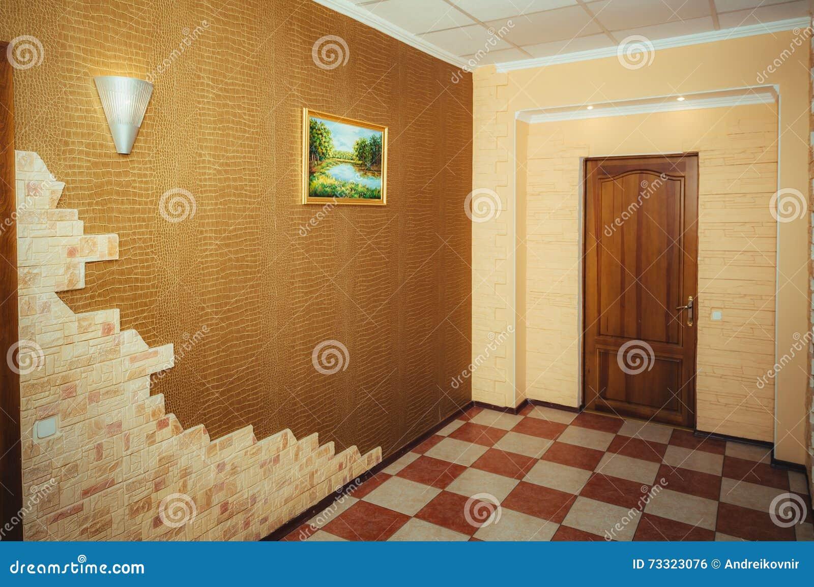 Ingang aan de flat groot ontwerp gang en hoofddeur stock foto