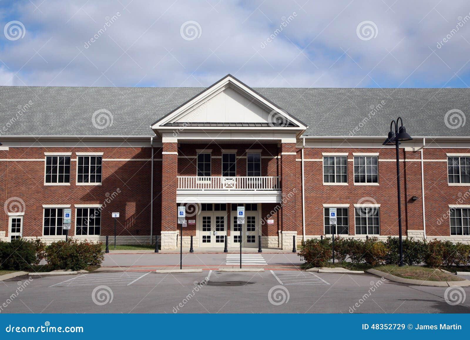 Ingang aan een schoolgebouw stock afbeelding afbeelding 48352729 - Eigentijds gebouw ...