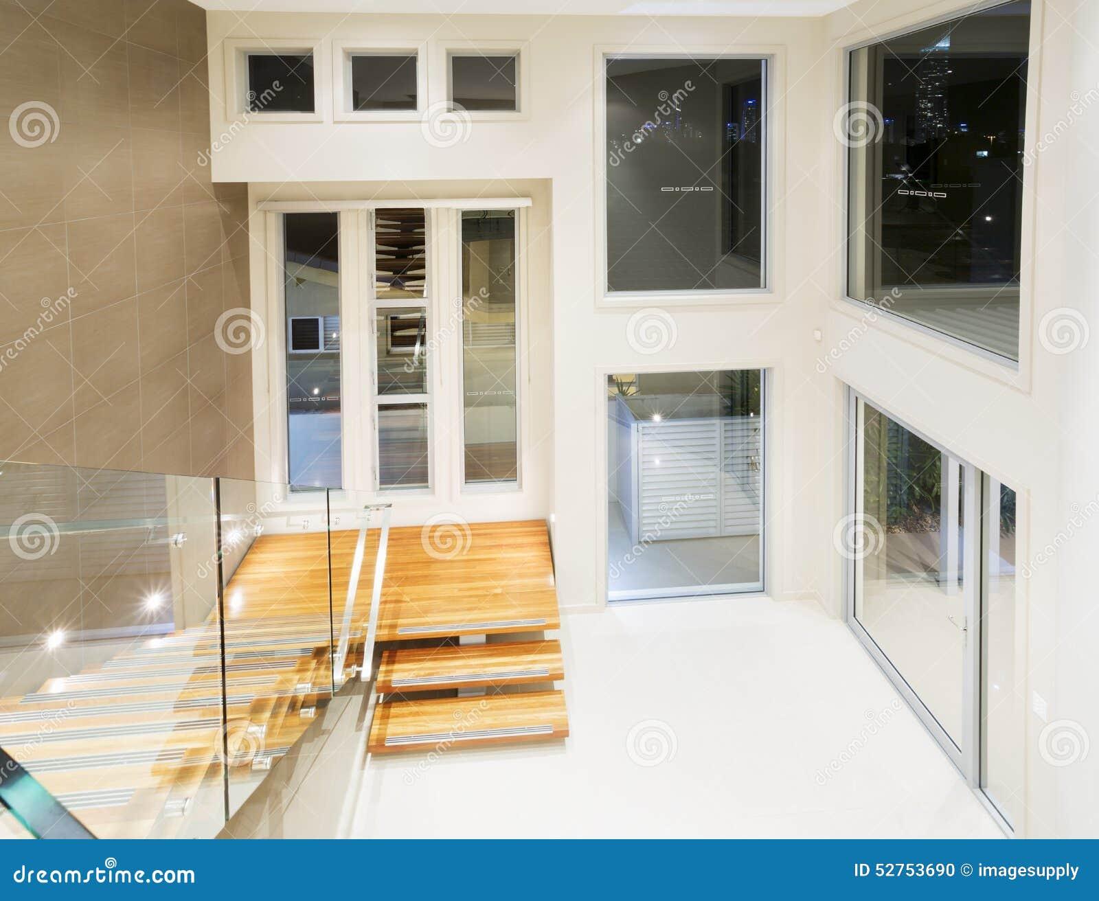 Ingang aan modern luxueus herenhuis stock foto afbeelding
