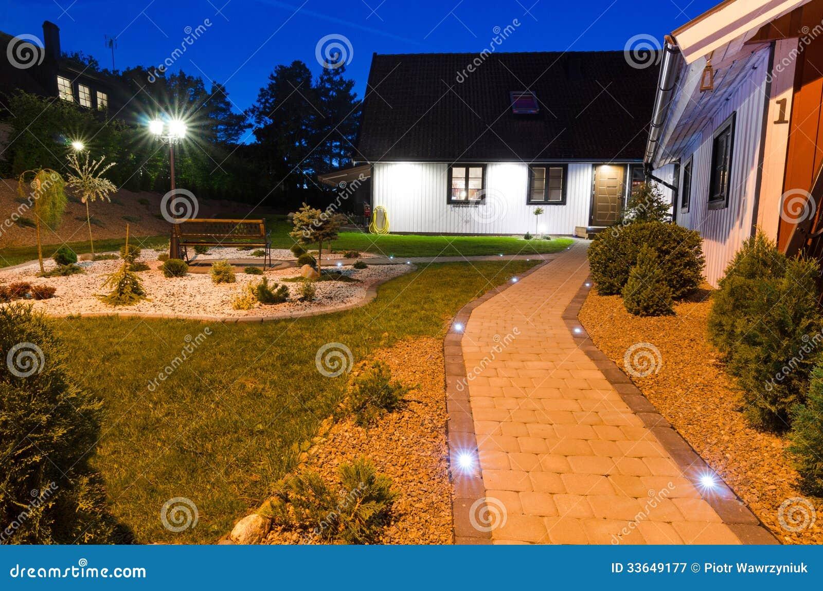 Ingang aan moderne villatuin stock afbeelding afbeelding