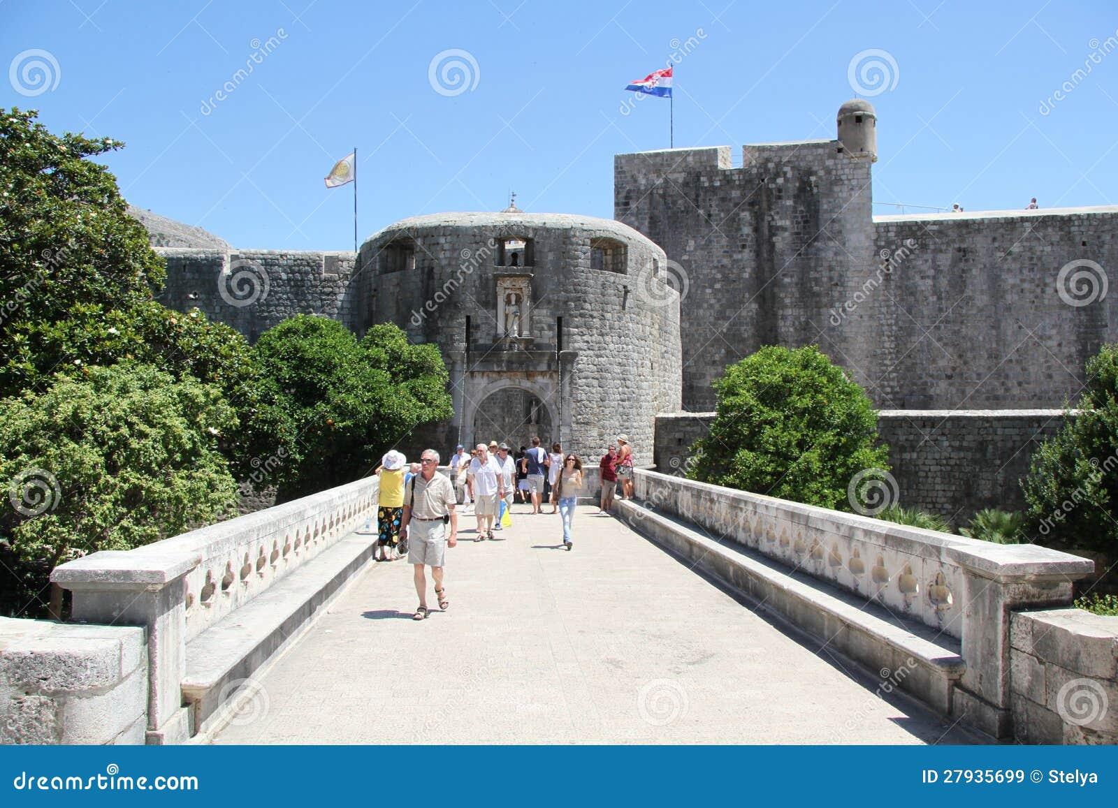 Ingang aan oude stad dubrovnik redactionele stock afbeelding beeld 27935699 - Muur van de ingang ...