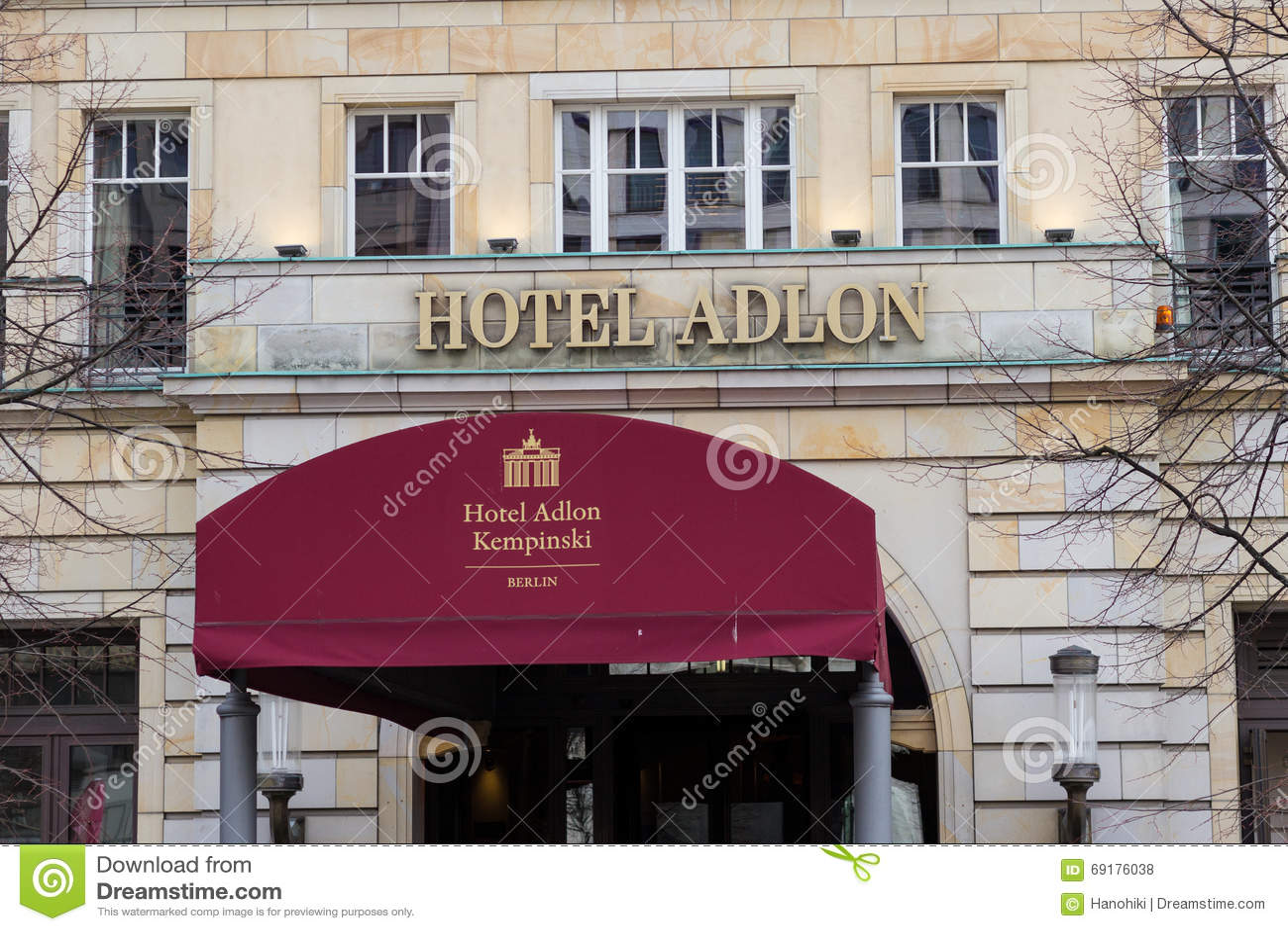 Ingang En Embleem Van Het Beroemde Hotel Adlon In Berlijn Duitsland
