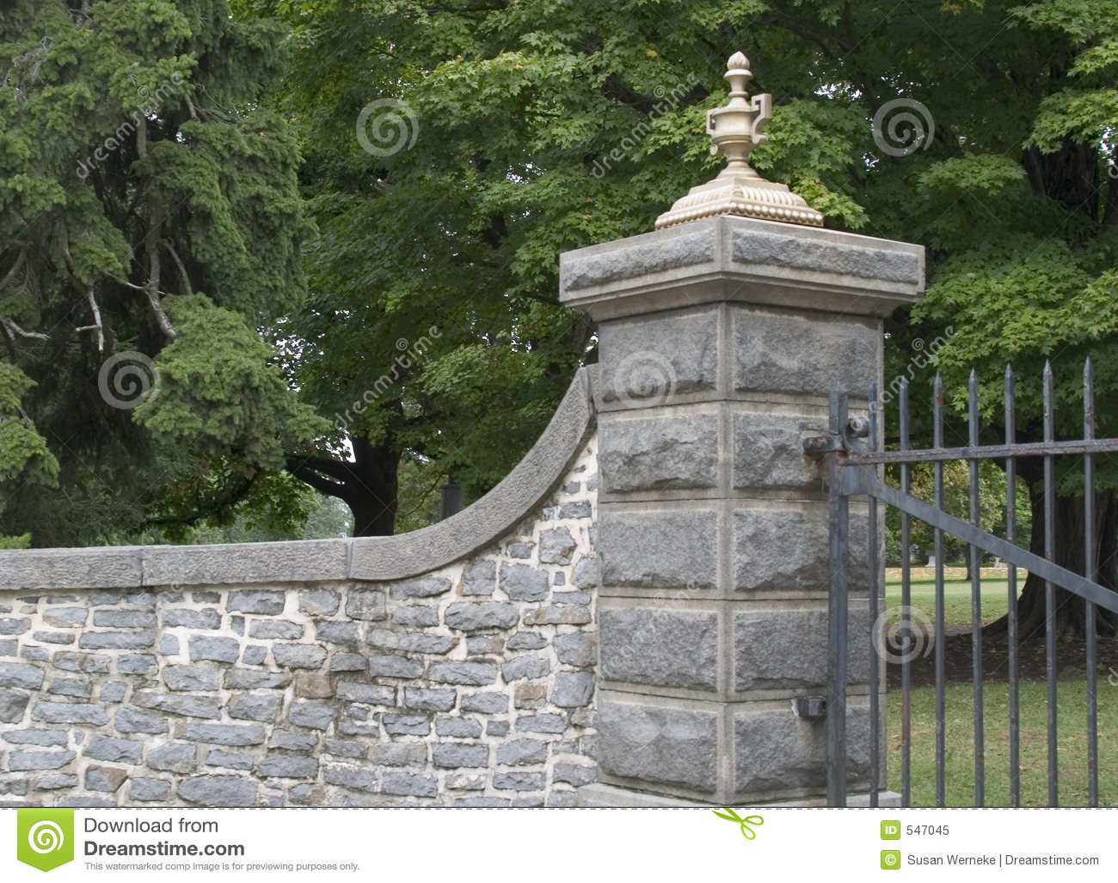 Ingang met poorten
