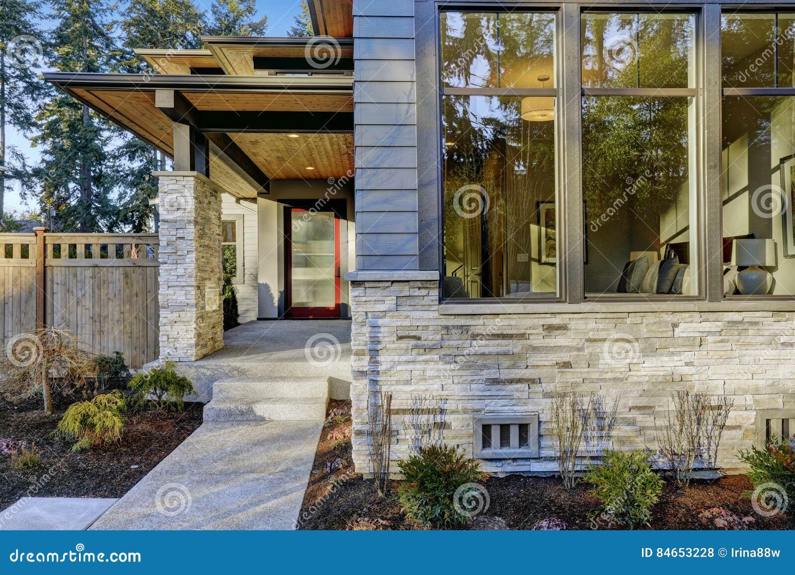 Ingang van luxueus nieuwe bouwhuis in bellevue wa stock foto