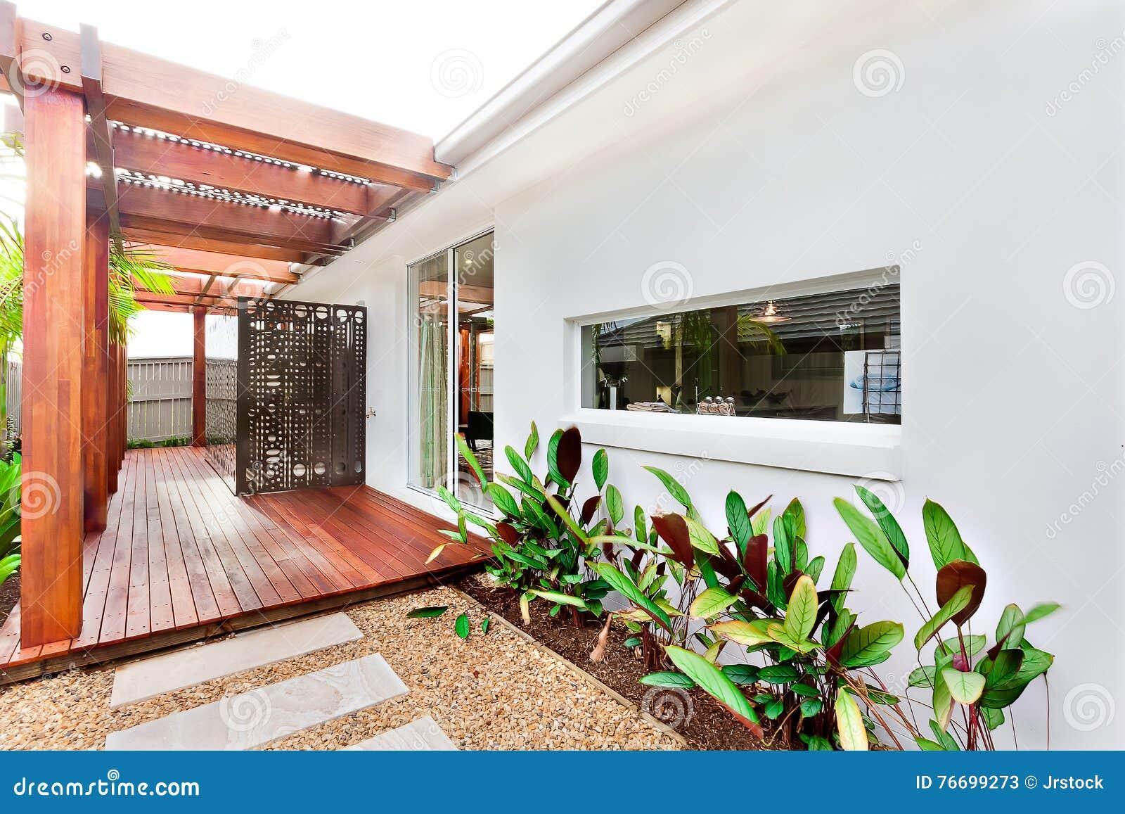 Ingang of voorgevel van buiten een modern huis met reusachtig hout