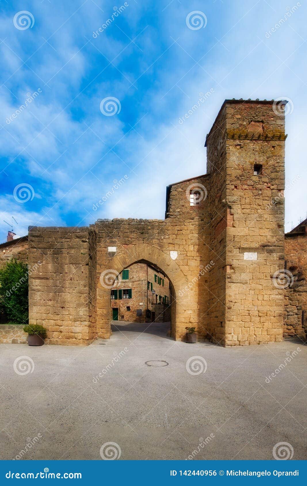 Ingangsdeur aan Monticchiello Val d0rcia Siena