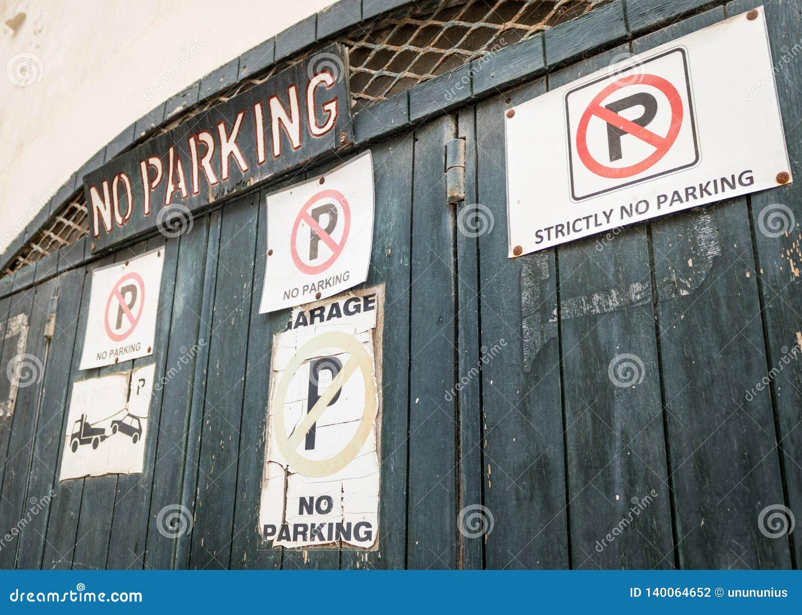Ingangspoort met heel wat verschillend geen parkeren tekens en het van letters voorzien